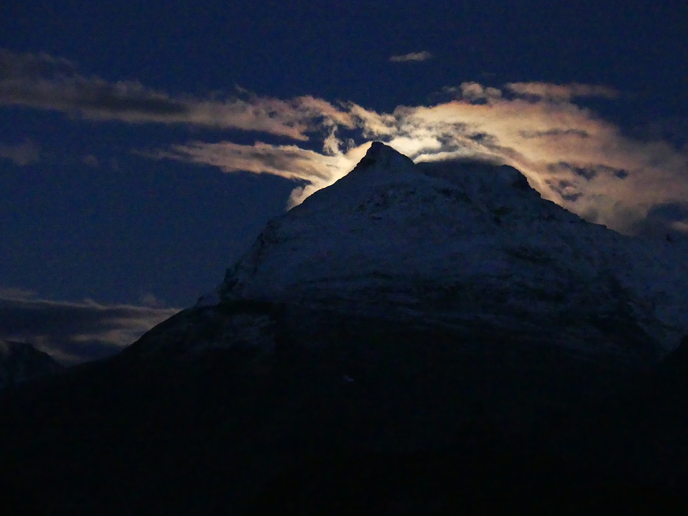 Månen gjemmer seg bak Svartdalspiggen.