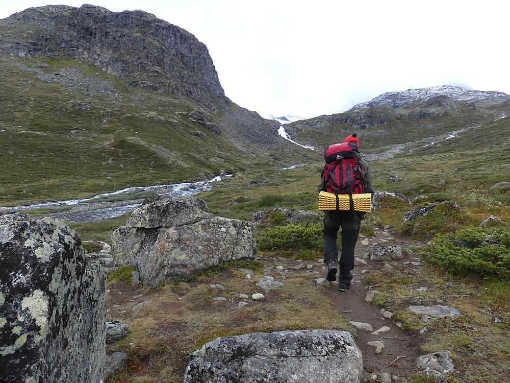 Geir Arne på vei mot Hellerfossen. Hellerkampen til venstre.