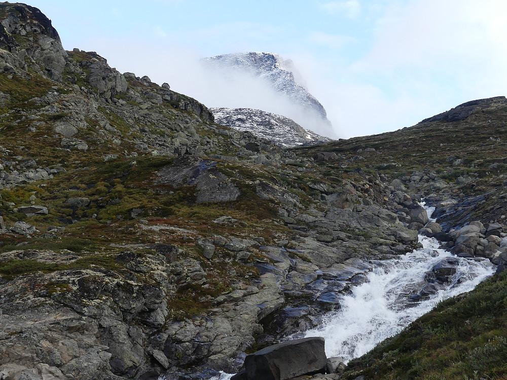 Opp langs Semelåi. Semeltinden er delvis skjult i tåka.