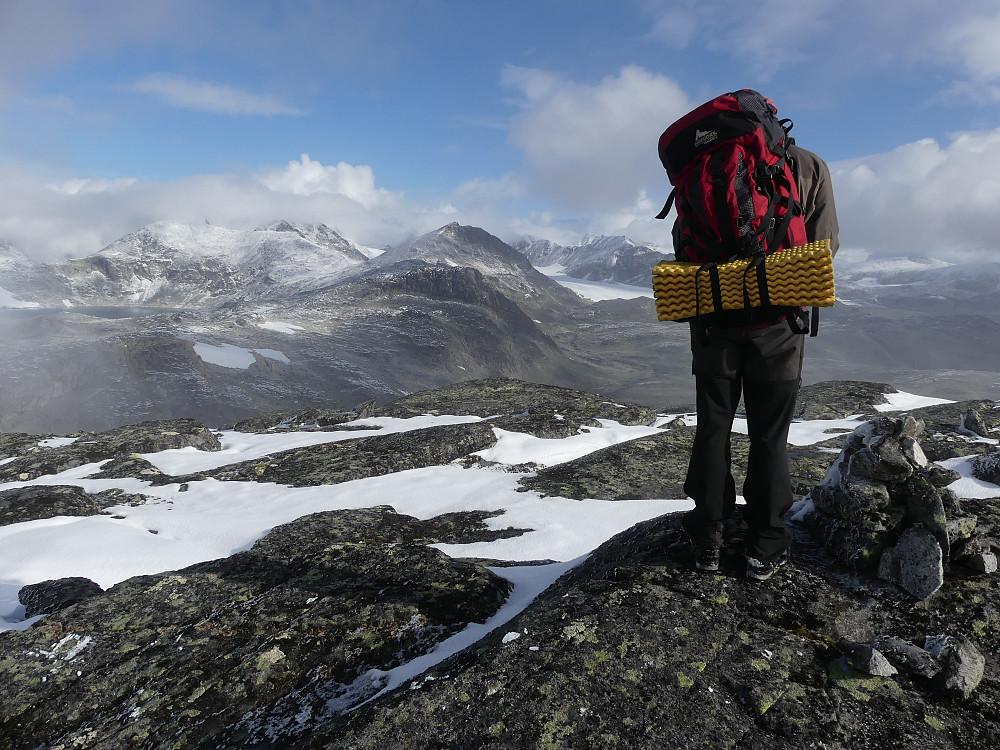 Geir Arne nyter den storslåtte utsikten fra toppen av Storådalshøe, 1888 moh.