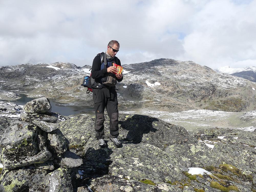 Utdeling av godiser på Høgtunga, 1676 moh. Den nylig besøkte Storådalshøe i bakgrunnen.