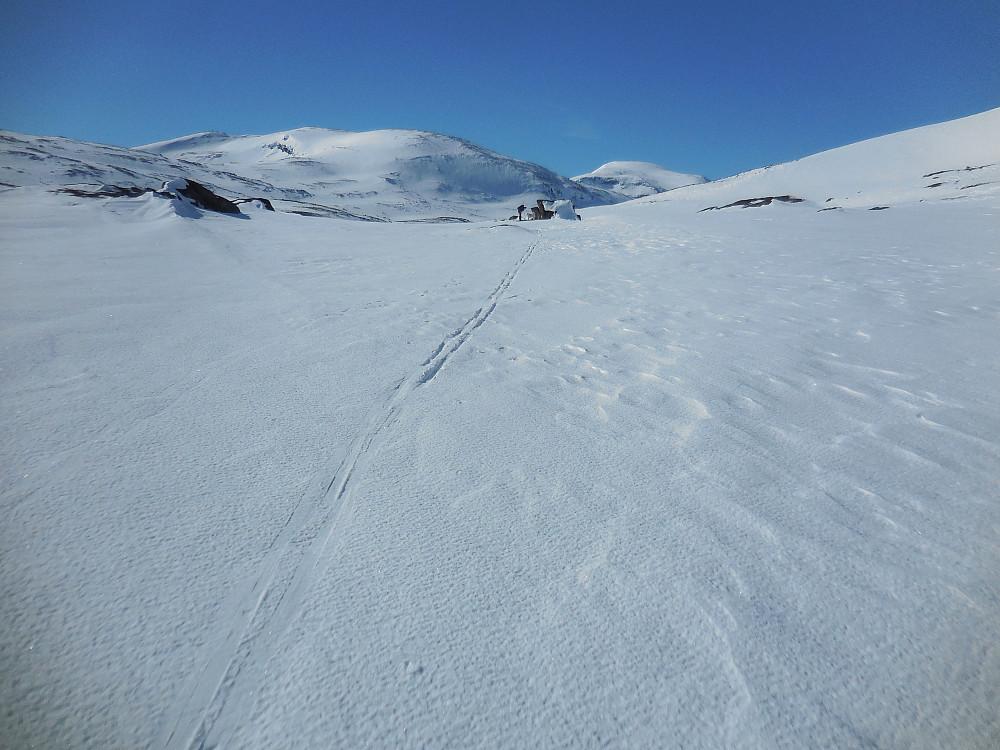 Innover Asbjørnsdalen med Kjelkehøene og Digerkampen i bakgrunnen.