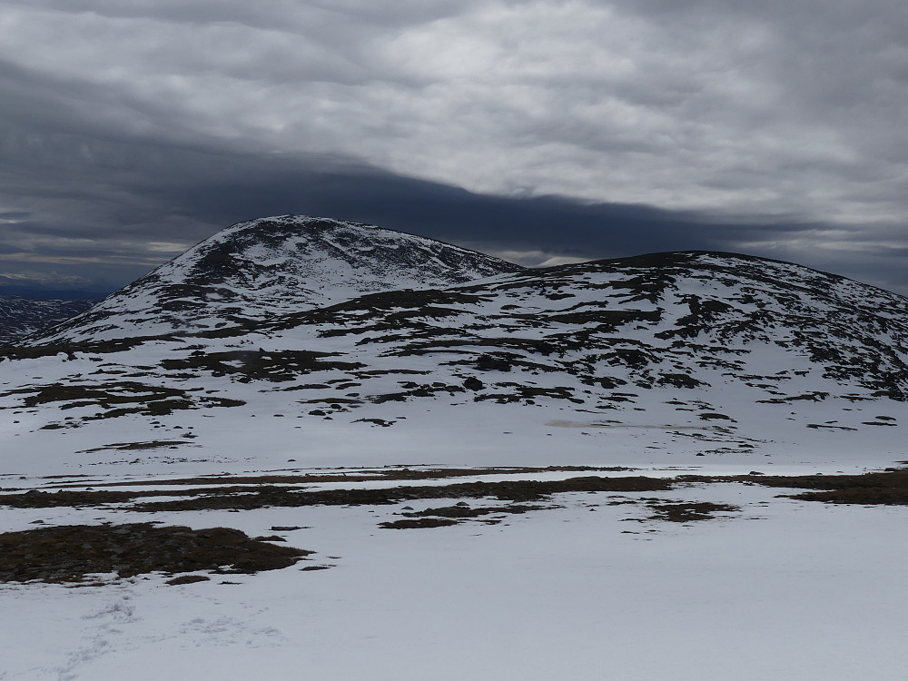 Syndre og Midtre Knutshøa sett fra oppstigningen til nørdre.