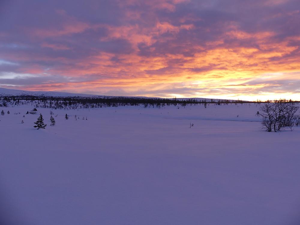Solnedgang ved Søre Rensjøen og vi har ennå ei mil igjen til bilen.