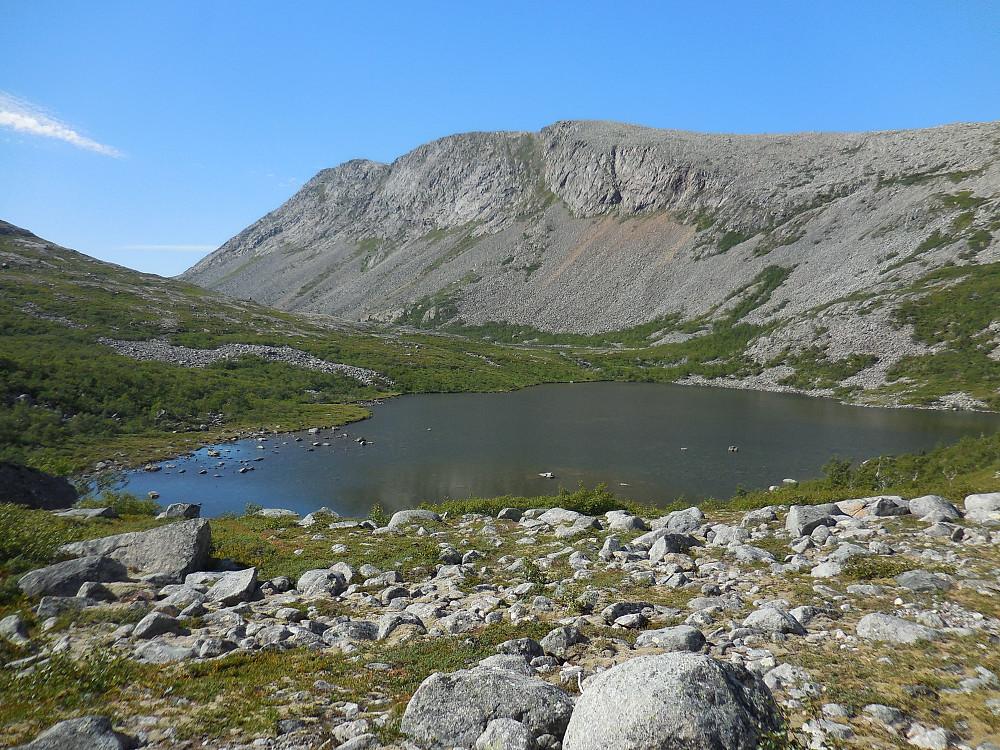 Nede ved 364-vannet og oppstigningen mot Kula har begynt.
