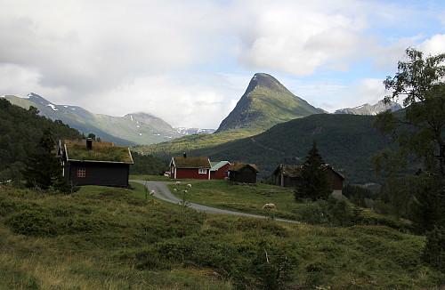 Hornindalssætra med Røyrhusnibba i bakgrunnen