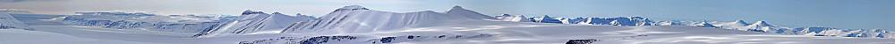 Panorama fra Lomonosovfonna. Antar vi ser over til Edgeøya til venstre.