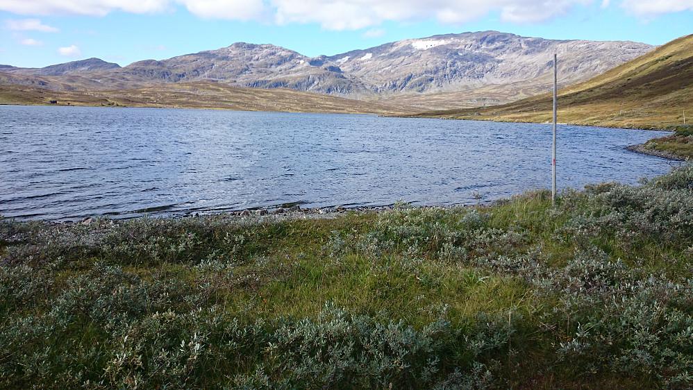 Fongen og Fongskaftet sett fra østsiden av Ramsjøen.