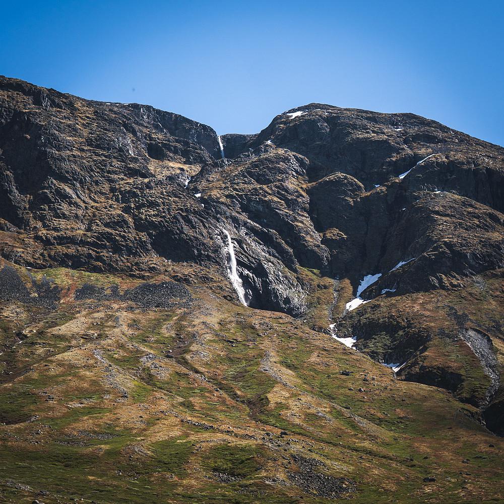 Vakre fossefall ned fra Dumhø