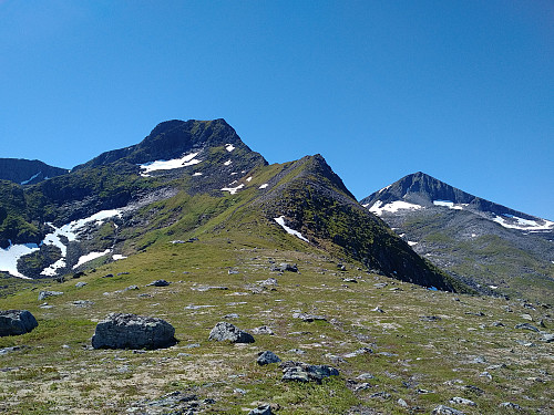 Nordøstryggen opp mot toppen av Remmemstind. Ytstetind sees til høyre.
