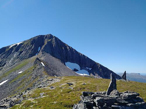 """På vei opp fjellryggen fra Remmemstind over """"Litletind"""" og opp mot Ytstetind."""
