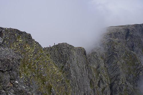 Flere turgåere på vei over Romsdalseggen.