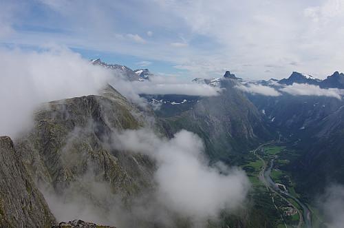 Utsikt fra Mjølvafjellet mot Romsdalen og Romsdalshorn.