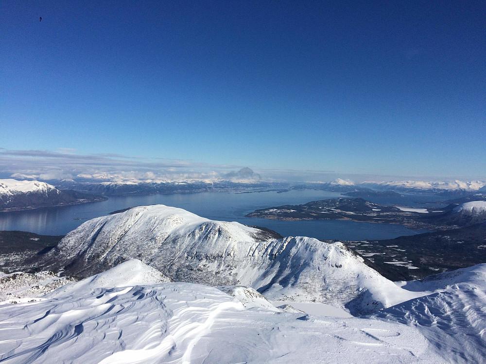 Utsikt fra Skjerdingen i retning Molde. Fjellet midt i bildet er Nakkefjellet (med toppene Tverrfjellet, Blåfjellet og Grøtfjellet). Bak Nakkefjellet er Fiksdal. Ute til venstre er Otrøya. Til høyure i bildet sees Tomrefjoreden, Furlandet, og Vestnes.