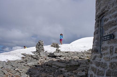 Det er mye fint å fotografere oppe på Skåla. Min datter med kamera...