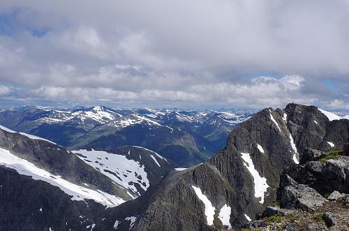 Utsikt mot Stryneskåla, som rager enda 5 meter høyere enn Skåla.