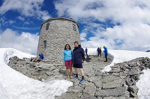 En hyggelig dame tok bilde av meg og min datter sammen foran Skålatårnet.
