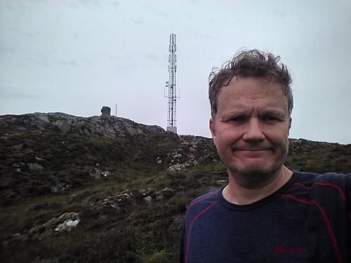 På vei ned mot Storefjellet. Signalen i bakgrunnen.