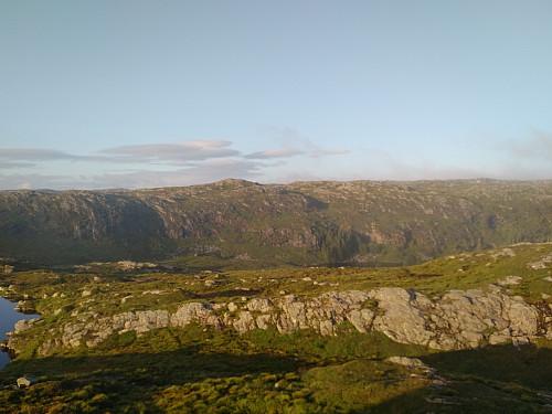 """Utsikt fra """"Stormfuglknausen"""" mot vidden og byfjellenes høyeste punkt."""