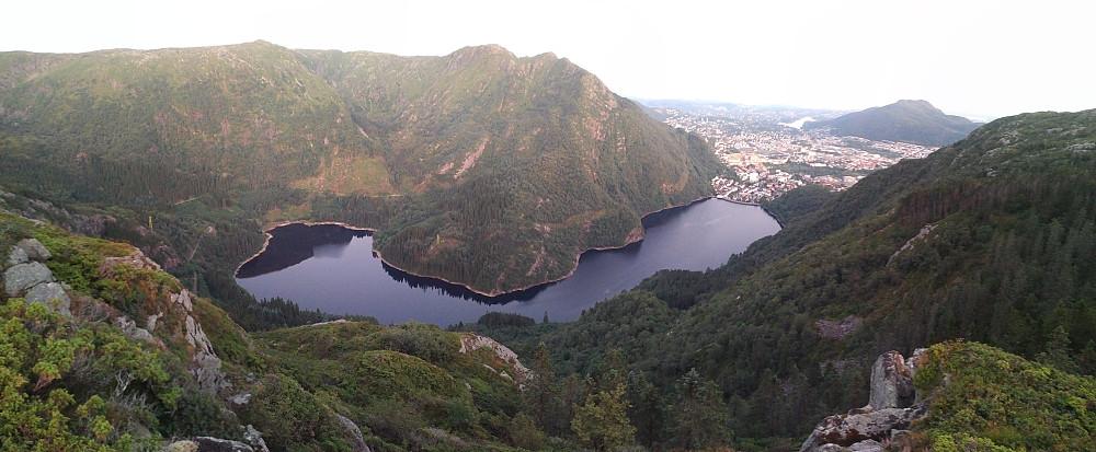 Utsikt fra Lørdagsknausen over Ulriken, Svartediket, deler av Bergen, og Løvstakken.