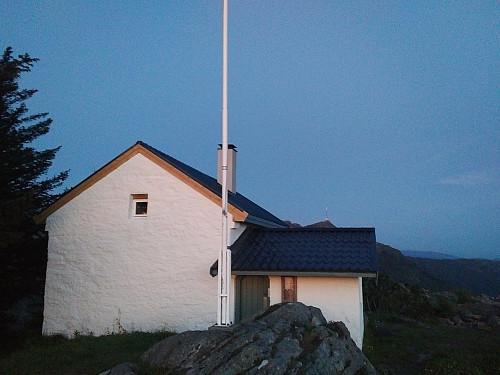 Fjellhytten på Søre Midtfjellet. Knausen rett ved der flaggstanga står, er høyeste punktet på Søre Midtfjellet.