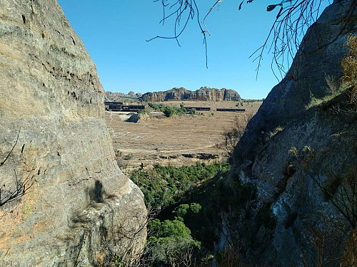 The Isalo Rock Lodge as seen from the gorge that I entered by climbing the steep rock seen on the previous picture. The Isalo Rock Lodge offers quite luxurious accommodation, a nice restaurant and an outdoor swimming pool.