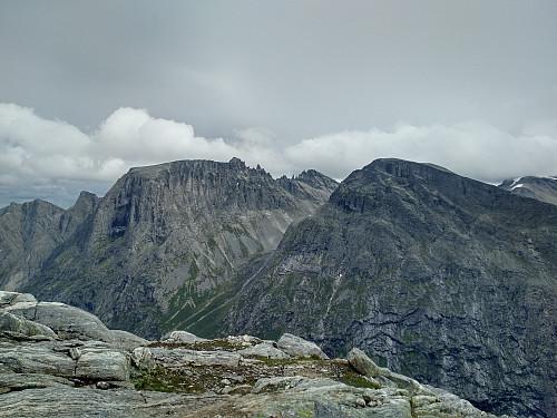 Bilde #1: Trolltindrekka (baksiden av Trollveggen) sett fra skaret mellom Bispen og Kongen.