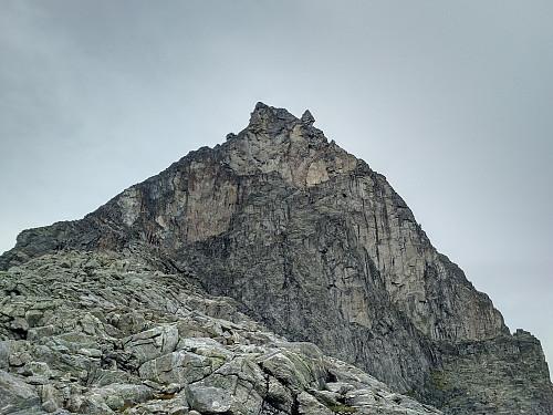 Bilde #2: Kongen. Fjellveggen midt i bildet er for bratt for oss vanlige turgåere. For å nå toppen, følger man derfor fjellryggen til venstre, og deretter ei renne opp mot toppen.