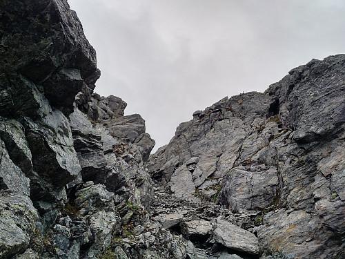 Første del av traversen mellom Kongskneet og Dronninga: Ei bratt renne som fører nedover mellom Kongen og Kongskneet.