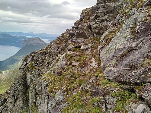 Et nokså bratt parti av traversen mellom Kongen og Dronninga. Opp denne stien, og rundt kanten på fjellryggen skal vi...