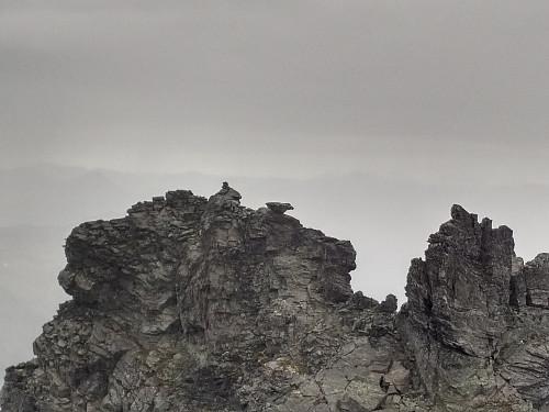 """Bilde av """"nordspiret"""" (1534) tatt på vei opp mot sørtoppen, som er den høyeste (1544). Vippeblokka sees litt til høyre for varden på toppen."""