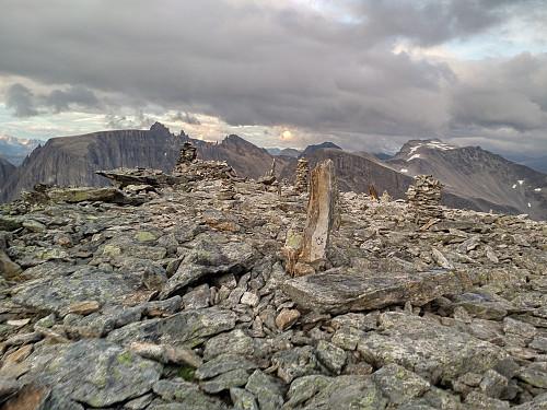 Rakk en liten tur innom toppen av Kongen på tilbakeveien. I bakgrunnen sees Store Trolltind med Trolltindan, Trollryggen, og Storgrovfjellet.