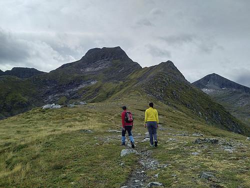 """På vei videre opp fra """"Heia"""" mot nordøstryggen av Remmemstinden."""