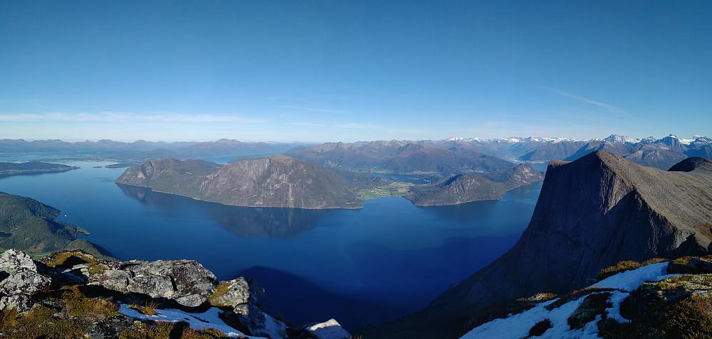 Vakker utsikt fra Trollstolen utover Romsdalsfjorden. Blåstolen til høyre i bildet.