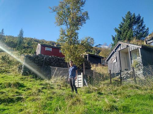 På Mosetra oppi Modalen. Grøntinden i bakgrunnen i høyre billedhalvdel.