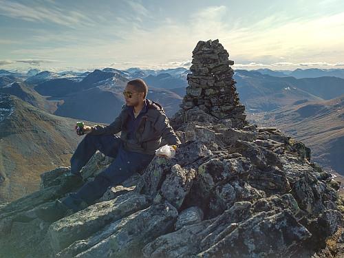 På toppen av Dyrdalstinden, og med Overøye i bakgrunnen.