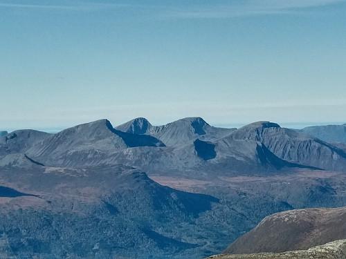 Utsikt mot Middagsfjellet (fra venstre), Sprovtinden, Trolltinden, Ytstetinden, Gjølbotinden og Remmemstinden.