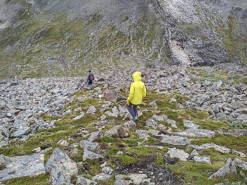 Traséen fra Remmemstinden og ned i skaret mot Ytstetinden. Dette partiet inngår i ruta fra Flate til Remmemstinden, og er merket med rødt på stein og stikker.