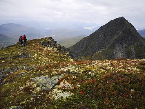 Traversen mellom Ytstetinden og Trolltinden i vakre høstfarger. Fjellryggen bratner kraftig til etterhvert som man nærmer seg toppen av Trolltinden.