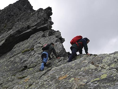 Turens farligste punkt. Her må man krysse over fra sørsida til nordsida av den smale eggen som forbinder Ytstetinden og Trolltinden.