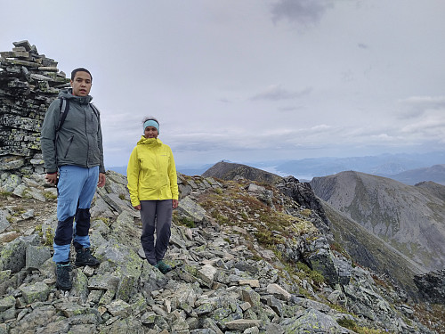 Ved toppvarden på Trolltinden med Ytstetinden og Remmemstinden i bakgrunnen.