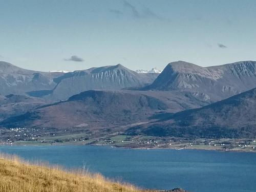 Utsikt mot Hildrestranda og fjellene på fastlandet. I slikt vær kan Lauparen skimtes mellom Urfjellet og Hildrehesten.