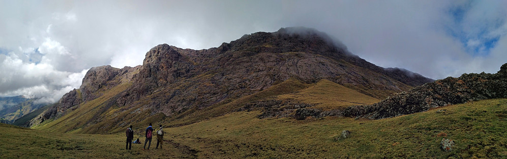 #45: Panorama of the majestic Mount Abba Yared (4,409 m.a.m.s.l.). Our two guides, along with the ranger, are discussing with the guy lying in the grass, how we may continue our way to Mount Silki and the village of Arkwasiye.