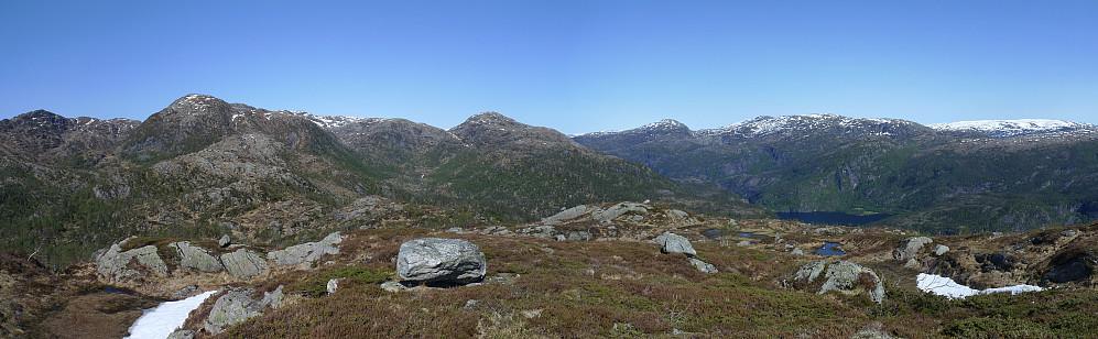 Utsikt mot NNØ. Husafjellet 552 til venstre, Osterfjorden mot Straumen til høyre