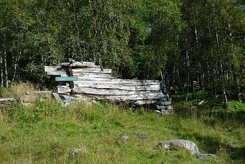 Bygningsrester etter den nedlagte Øvsthus gård