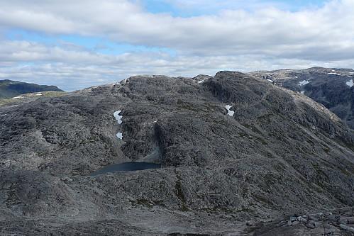 Vest for Stangahøgdi fra Øvsthusnipa. Hovedtoppen - den høye mørke - ligger i Hordaland
