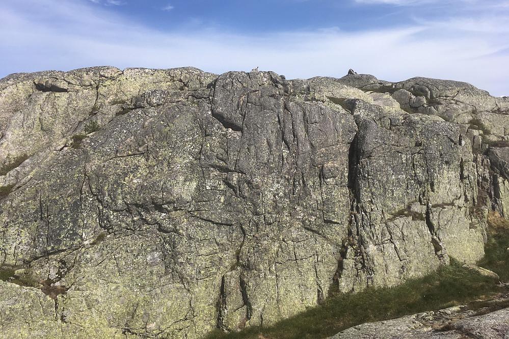 Bratt fjellvegg mot vest som omgås fra SSV