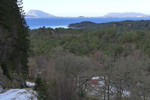 Utsikt mot nord fra veien mot vannverket. Florø til høyre