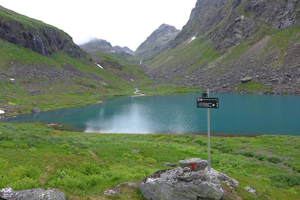 Stidelet på sørsiden av 328-vannet der sti mot venstre går not Møysalen og den mot høyre til Snytindhytta langt mot ØNØ