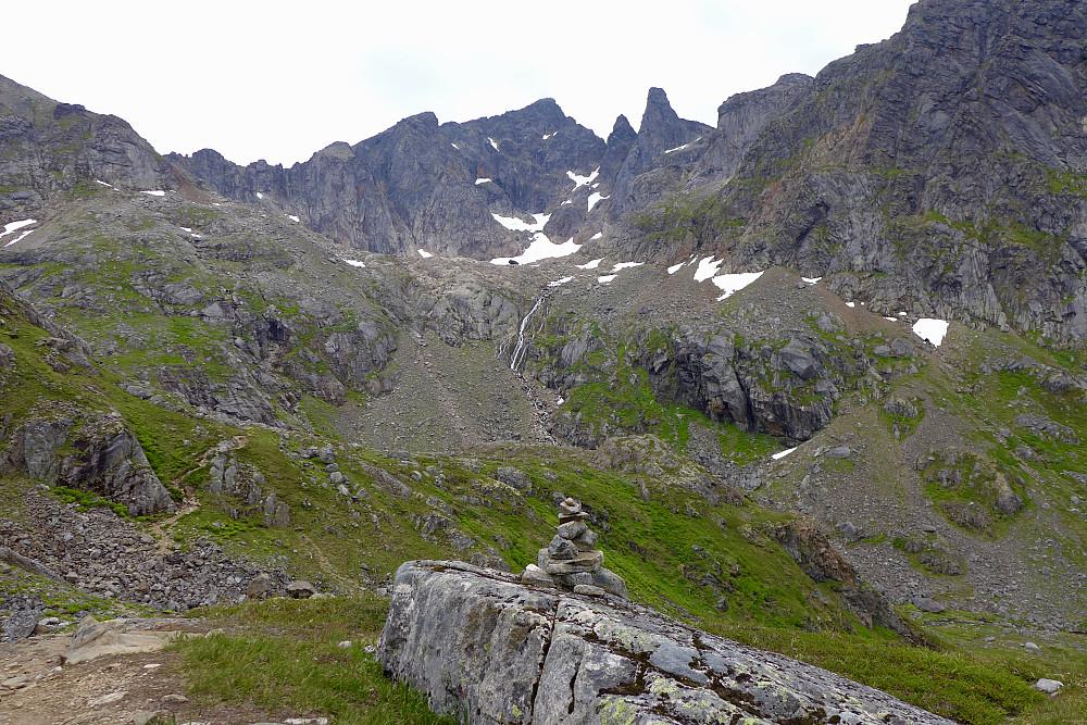 Inne i dalen NV for 328-vannet. Stien fortsetter opp på østsiden av 910-haugen til venstre i bildet mot skaret mellom Øvre Møysalvatnet og Møysalbreen. Møysalen 1264 og Møyen 1217 i bakgrunnen